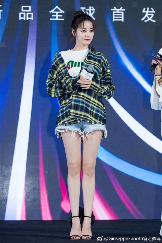 女星迪麗熱巴日前出席活動時,身著一襲丹寧短褲露出雪白美腿,腳上出自Giuseppe Zanotti 2019春夏系列的Peony高跟鞋,也意外成為她身後的最美風景。(翻攝自GZ官方微博帳號)