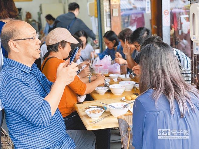 民眾慕名前往吃「韓總」滷肉飯,但萬一台灣淪陷豬瘟,恐將吃不到這碗美味。(柯宗緯攝)