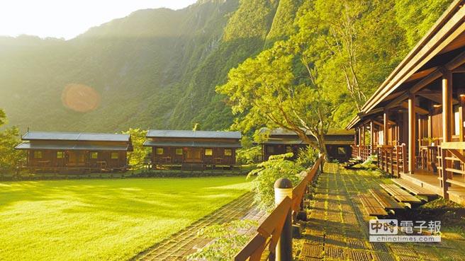 太魯閣山月村獨棟雙併的小木屋,讓遊客體驗如村莊聚落的愜意生活。(太魯閣山月村提供)