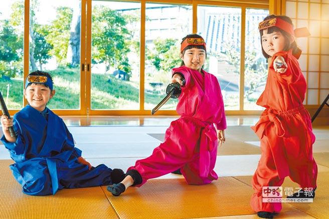 宜蘭綠舞國際觀光飯店推出的「忍者體驗營」,大小學員們都可換上忍者服裝受訓。(宜蘭綠舞國際觀光飯店提供)