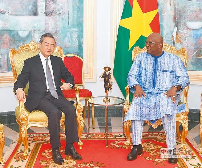 當地時間1月5日,布吉納法索總統卡博雷在總統府會見大陸國務委員兼外交部長王毅﹙左﹚。(新華社)
