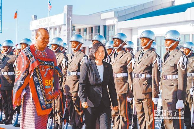 我邦交國史瓦帝尼成為大陸亟欲拉攏的對象,圖為蔡英文總統(右)去年4月時訪問史瓦帝尼。(總統府提供)