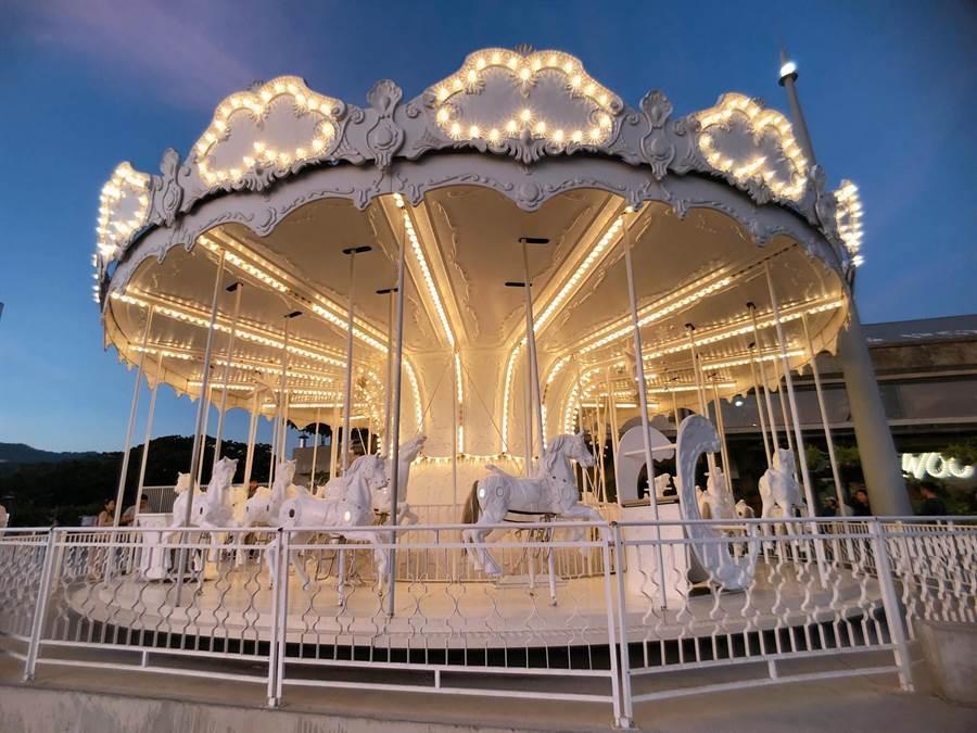 「高雄棧貳庫KW2」的白色旋轉木馬是時下熱門打卡勝地。(圖/取自棧貳庫旋轉木馬臉書)