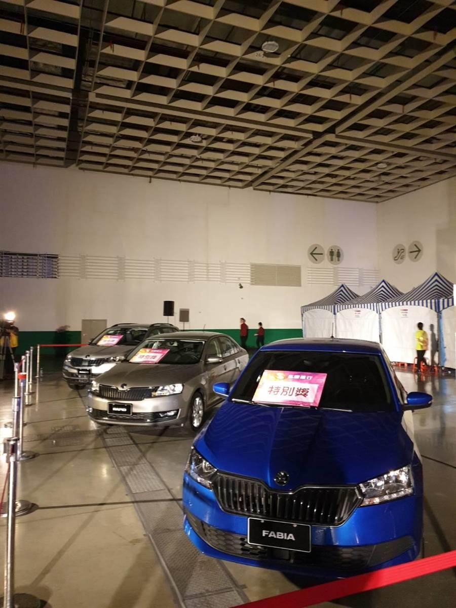 兆豐銀尾牙今年共祭出千萬大獎,進入尾牙現場,最吸睛的是舞台旁的三台歐洲名車。(王莫昀攝)