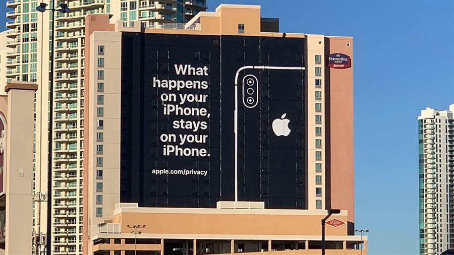 Engadget 資深編輯推文分享蘋果在拉斯維加斯放出的大型廣告。(圖/翻攝Twitter)