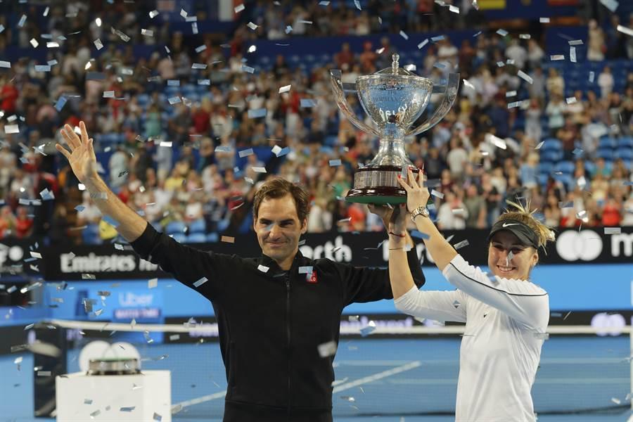 費德勒(左)和班西琪(右)攜手奪下今年霍普曼盃冠軍,費爸是史上首位三度封王的球員。(美聯社)