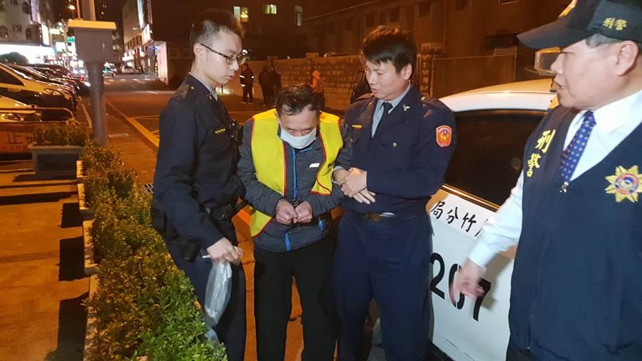 55歲的詹姓男子涉殺妻後畏罪割腕輕生未遂,被警方移送。(蔡依珍攝)