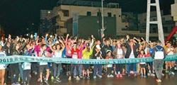 城市馬拉松 8500人雨中開跑