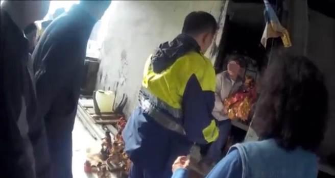 警方取得李嫌母親同意後,在他的頂樓住處起出遭竊的媽祖像。(陳俊雄翻攝)