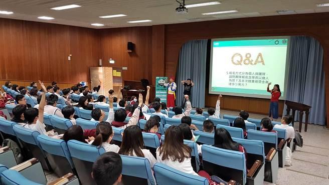 師生不僅認真聆聽主持人簡報還踴躍參與Q&A問答 (黃珈綺攝)