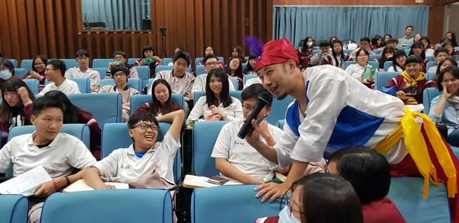 師生不僅認真聆聽主持人簡報與卡米地演員互動熱烈 (戴有良攝)