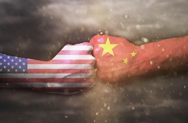 財經專家認為,隨著美股跌勢,川普若無法在期限內達成中美貿易協議,美國經濟也會受害面臨衰退命運。(圖/達志影像)