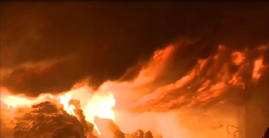 高雄市三民區今(7日)凌晨傳出火警,火勢猛烈不斷竄出濃煙宛如白晝。(圖/取自中天新聞CH52)