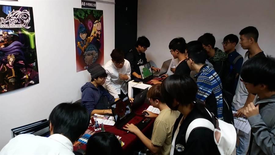 虎尾科技大學多媒體系畢業展,遊戲類作品吸引學生。(許素惠攝)