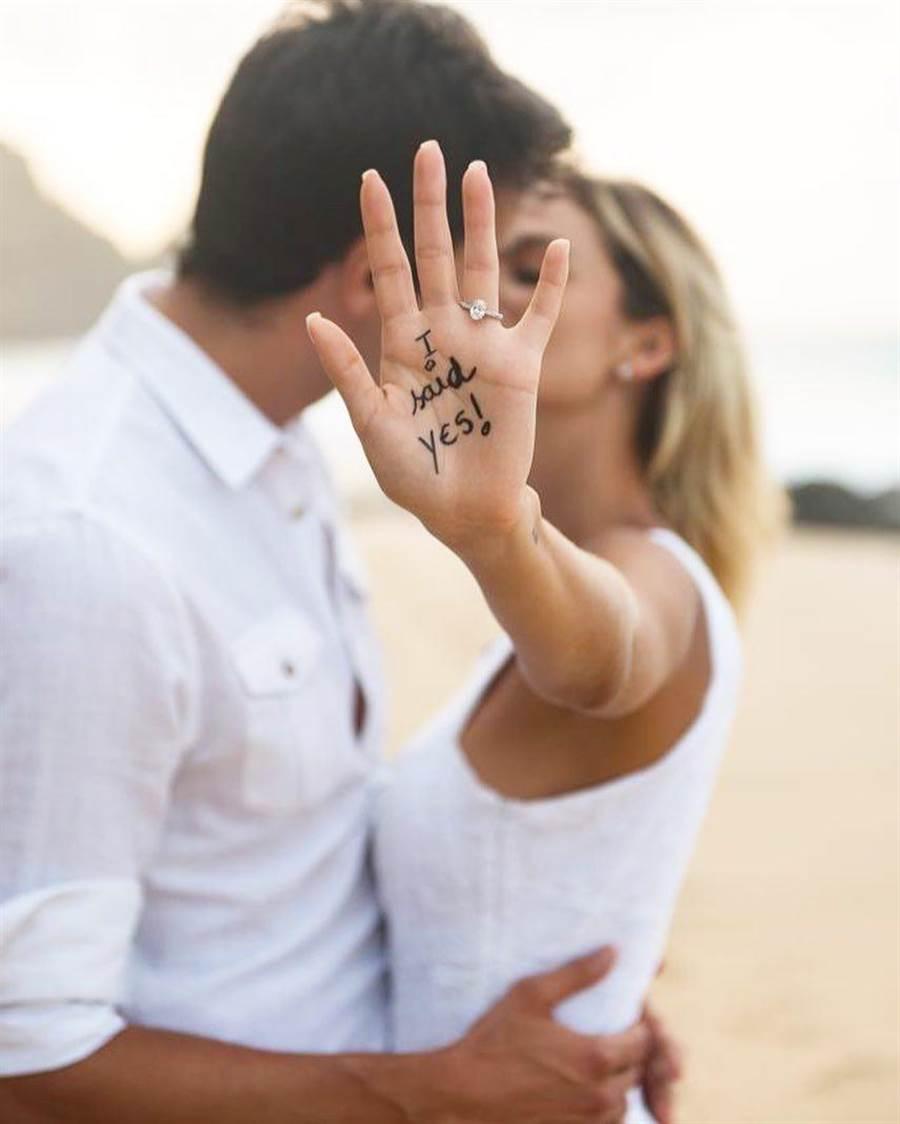 卡卡(左)和新任妻子卡羅琳娜在IG放閃,宣布結婚喜訊。(取自卡卡IG)
