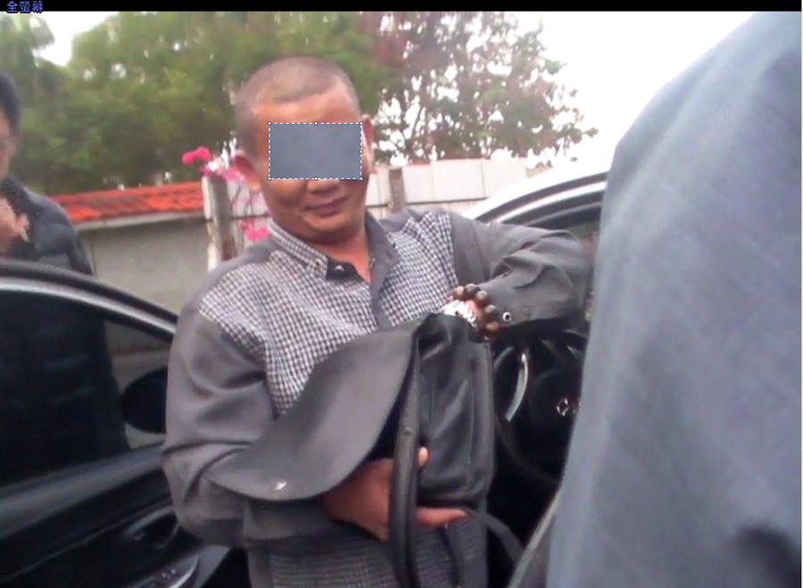 戴男在台中東勢區搶奪婦女皮包,跑到豐原找朋友,被正辦竊案的警方逮捕。(王文吉翻攝)