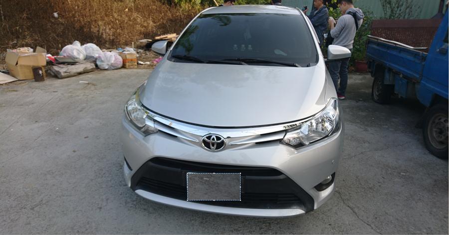 戴男駕駛的銀色休旅車懸掛失竊車牌,引起警方注意。(王文吉翻攝)