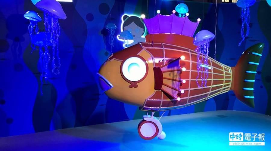 搭乘巨大「丸子號」潛水艇,探險深海世界。