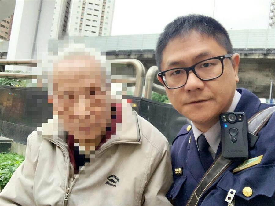 北市捷警隊4分隊員警彭鈞睦,日前協助徐姓老翁回家。〔謝明俊攝〕