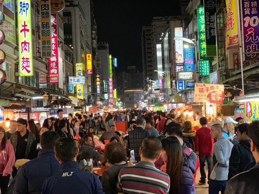 高市商圈力拚觀光,推行「高雄幣」刺激消費,首波將在六合夜市等3個商圈試辦。(柯宗緯攝)