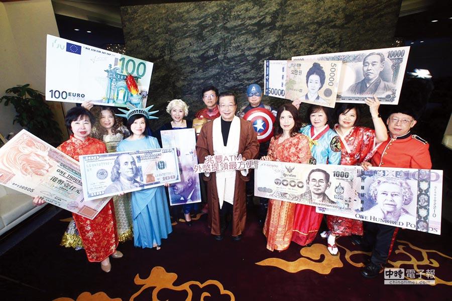 兆豐銀行6日在台北南港展覽館舉辦尾牙,董事長張兆順(中)扮成星戰「絕地武士」,金控總經理胡光華扮「鋼鐵人」、銀行總經理蔡永義扮「美國隊長」,大演變裝秀,可說是兆豐銀成立以來最「狂」的尾牙。圖/兆豐銀提供