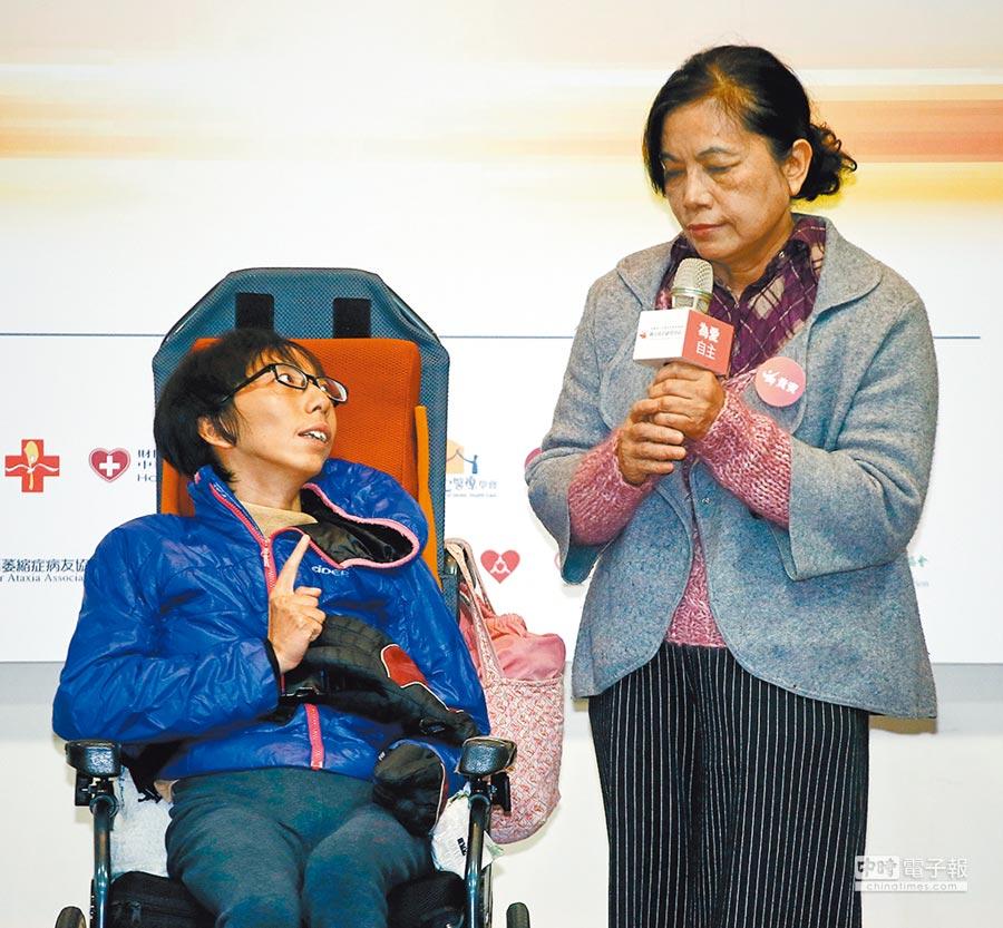 「病人自主權利法」6日上路,小腦萎縮症病友秀秀(左)在記者會上以手勢與母親(右)溝通,表達病友的自主權,也呼籲讓更多類型的重症病患納入保障。(方濬哲攝)