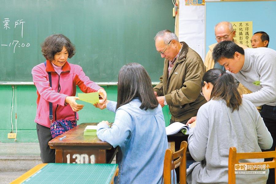 1月6日,民進黨舉行黨主席補選,新北市新莊區黨員們一早就前往投票。(本報系記者黃世麒攝)