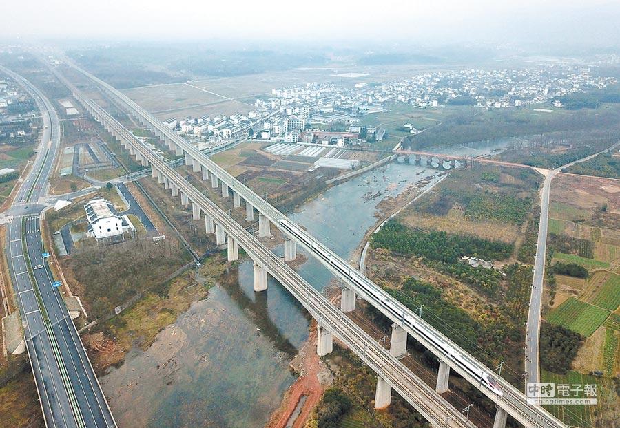 2018年12月25日,一列杭黃高鐵列車駛向安徽黃山北站。(新華社)