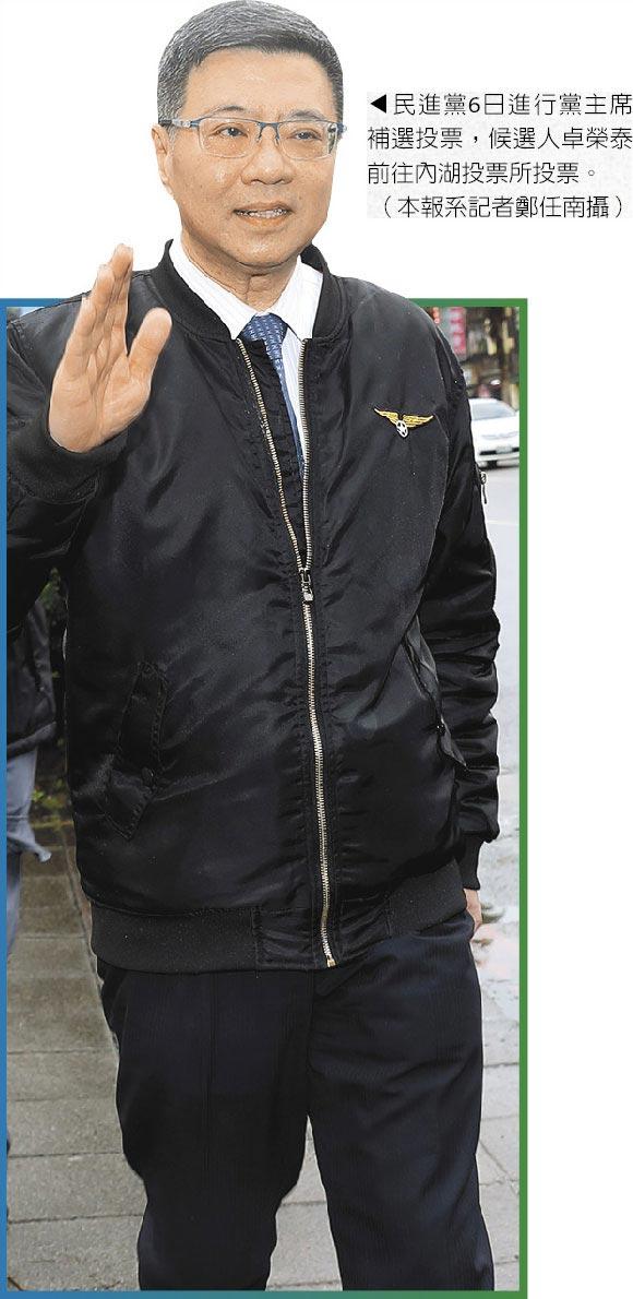 民進黨6日進行黨主席補選投票,候選人卓榮泰前往內湖投票所投票。(本報系記者鄭任南攝)