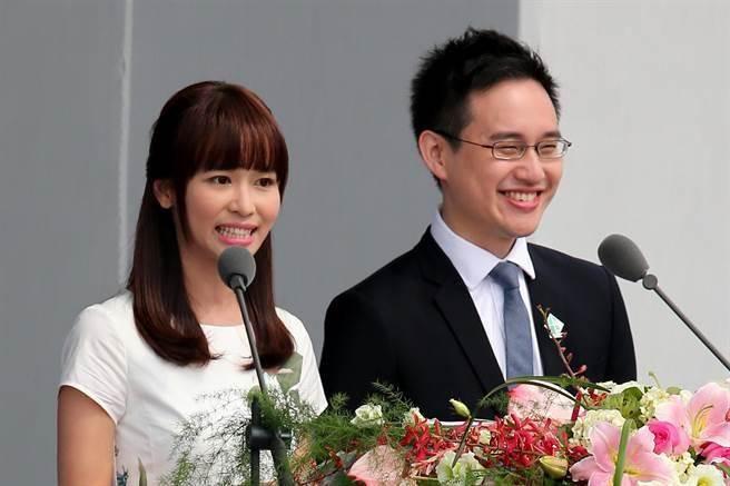 「口譯哥」趙怡翔(右)於2016年5月20日總統就職慶典,擔任英語主持人。(圖/本報系資料照片,黃世麒攝)