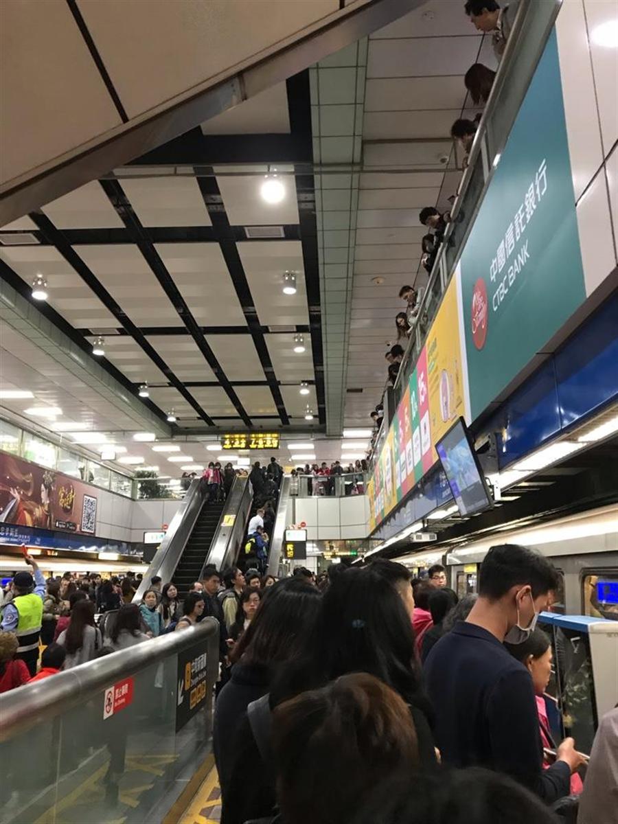北捷板南線忠孝新生站被塞爆。(圖/翻攝自爆怨公社)