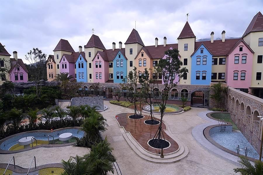 圍著108個泡湯池而建的繽紛「親子別墅」,彩色外牆媲美義大利彩色島Burano。(圖/姚舜)
