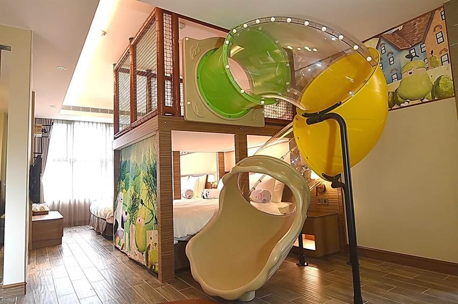 瑞穗春天國際觀光酒店每間親子「親子溫馨家庭房」與「親子庭園家庭房」,都配備架高的旋轉溜滑梯,儼然是孩子的秘密基地。(圖/姚舜)