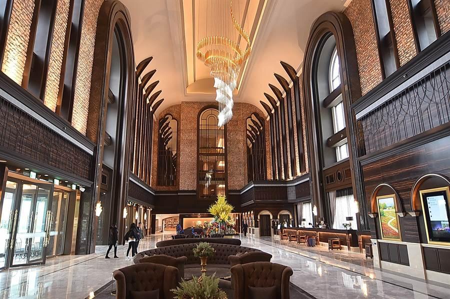 瑞穗國際觀光酒店的「城堡」棟,外觀尖塔處最高達36米,挑高氣派的大廳達27米,為全台最高的飯店大廳。(圖/姚舜)