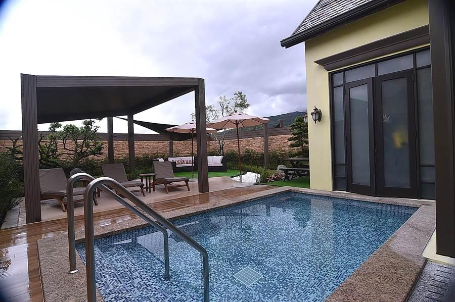 格蘭別墅內的每棟Villa,1樓皆有戶外庭園休憩區,並有專屬戲水池或泳池。(圖/姚舜)
