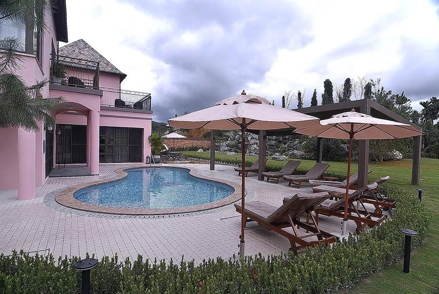 格蘭總統別墅占地590坪,戶外除有泳池,還有推桿小果嶺。(圖/姚舜)