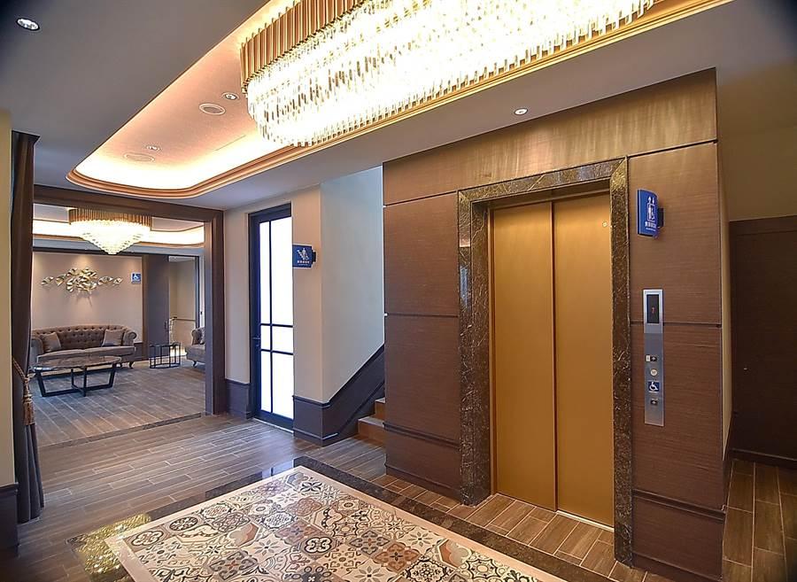 Villa房內還有電梯,雖有點浮誇,對長輩卻很貼心。(圖/姚舜)