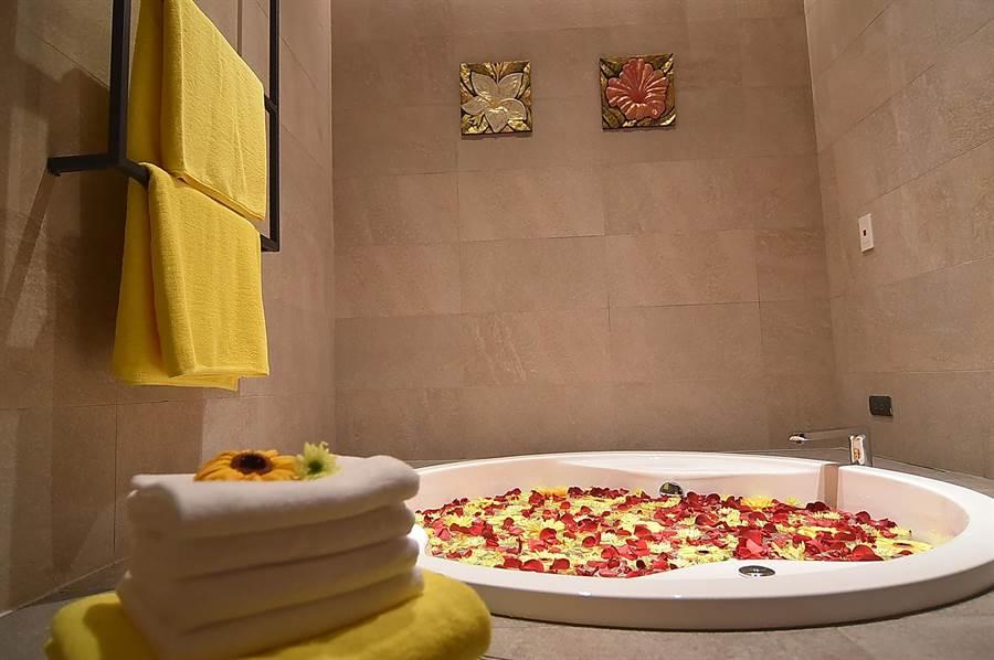 AngsanaSpa芳療室內的浴池布置得很有氣氛。(圖/姚舜)