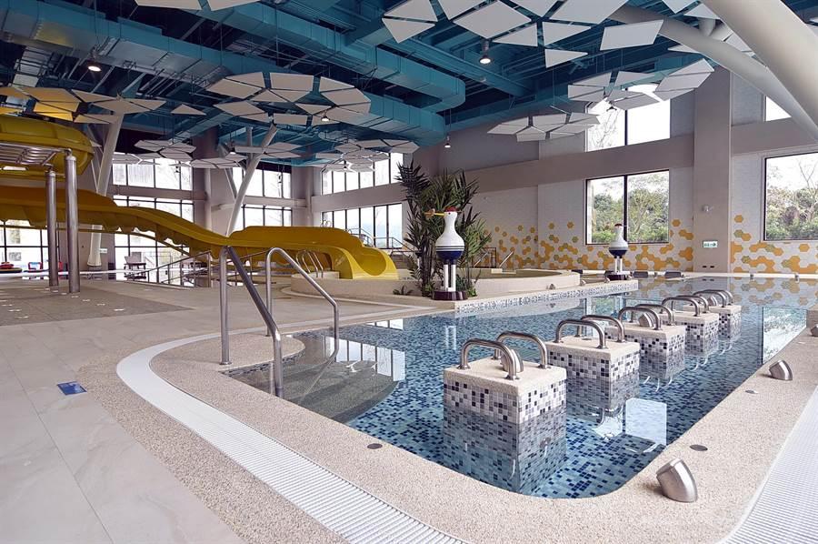 金色水樂園占地約2234坪,主打溫泉和親水遊樂兩項主軸,為獨一無二的溫泉主題水樂園,區內規劃出108池,室內有高達5公尺、長45公尺的滑水道。(圖/姚舜)