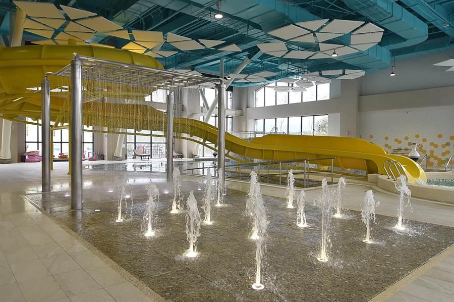 金色水樂園內有滑水道與地景噴泉。(圖/姚舜)