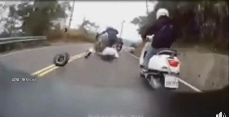 日前一名機車騎士在行駛中時,機車後輪突然彈飛,導致騎士重摔在地。(圖/取自中天新聞CH52)