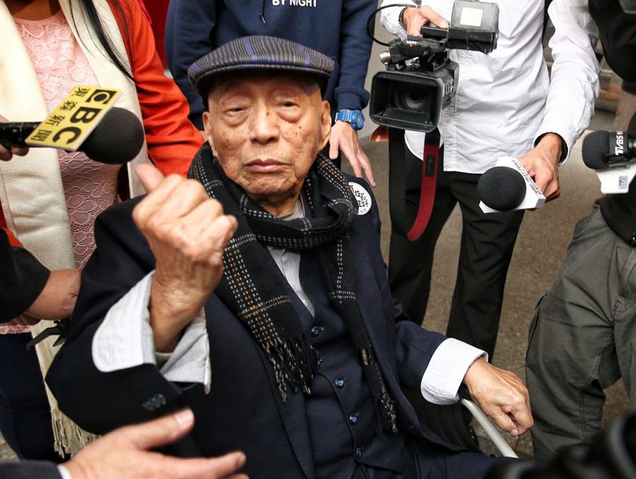 台大8日舉行校長接任典禮,新任校長管中閔的父親在典禮後豎起拇指表示,這是我兒子,他很優秀。(杜宜諳攝)