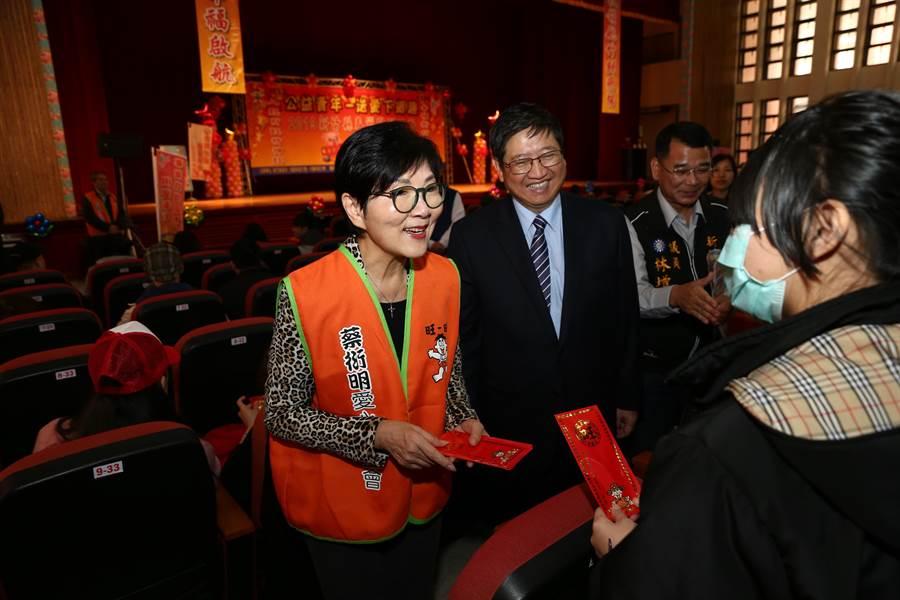 蔡衍明愛心基金會執行長胡雪珠(左)與新竹縣長楊文科(左二)8日共同發送慰問金。(徐養齡攝)