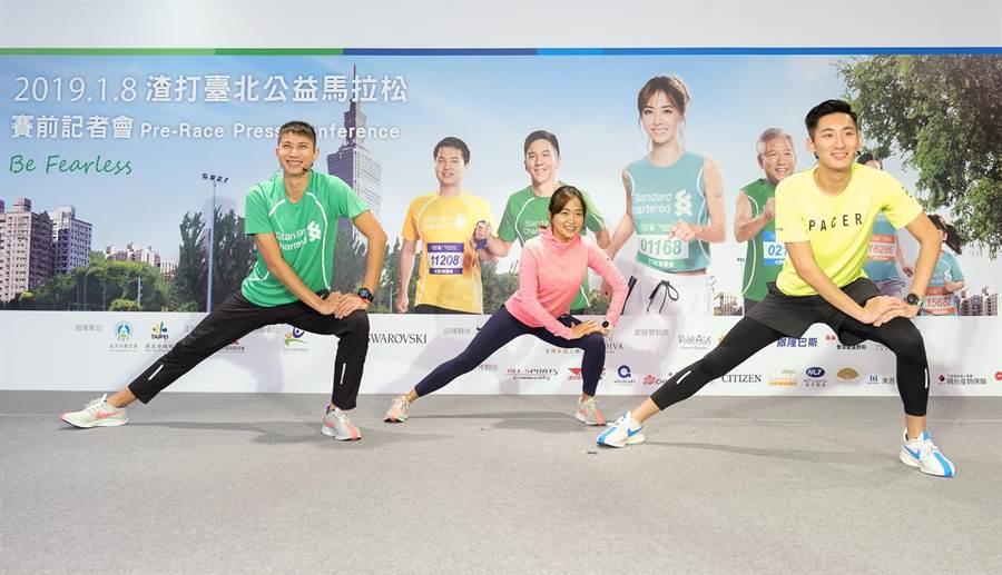 (由左至右)跳高王子向俊賢、NikeFast42菁英跑者洪筱婷、Nike+RunClub專業配速員姚君翰示範賽前正確的暖身動作。(渣打提供)
