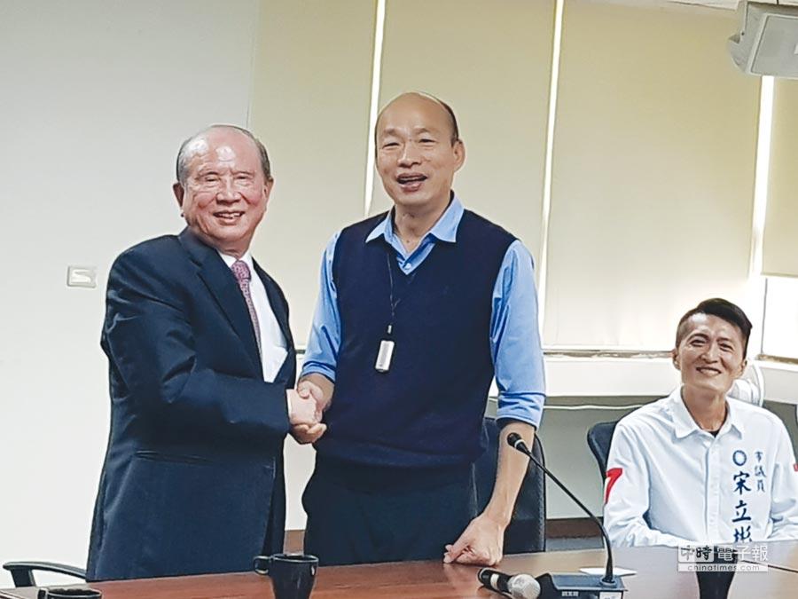 義联集團創辦人林義守(左)昨(7)日率領20位集團一級主管,向高雄市長韓國瑜(右)簡報未來3到4年,將在高雄投資700億元。圖為二人在閉門會議之前的合影。圖/顏瑞田