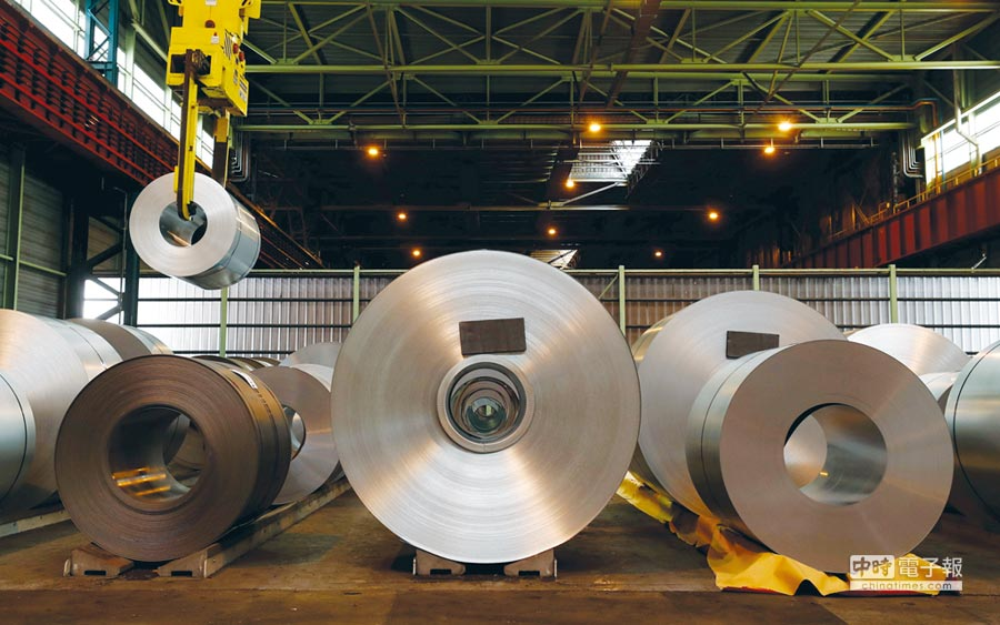 豐興昨日開出的內銷盤價,鋼筋每公噸降300元,型鋼基價每公噸降400元。圖/路透