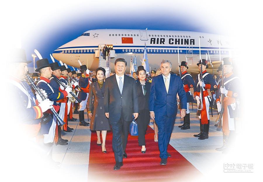 大陸強力塑造國際社會一中框架。圖為2018年11月29日,大陸國家主席習近平抵達布宜諾斯艾利斯出席二十國集團領導人峰會。(新華社)