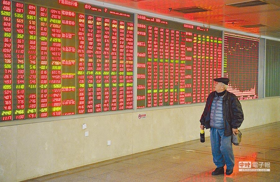 成都某證券交易大廳內,一位股民邊走邊關注大屏。(中新社資料照片)