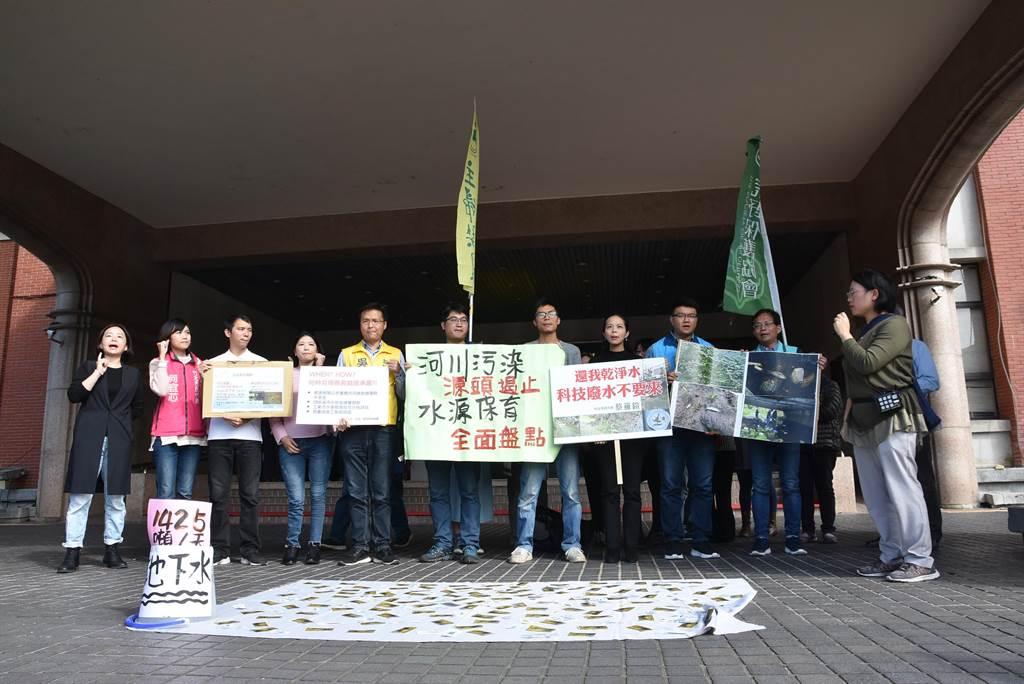 「我們要喝乾淨水行動聯盟」與新竹縣、市議員、民意代表等,9日上午至新竹縣政府前抗議,盼能遏止水源汙染源頭。(莊旻靜攝)