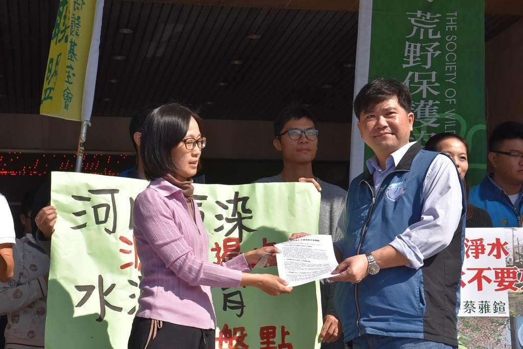 「我們要喝乾淨水行動聯盟」9日前往新竹縣政府抗議,由環保局長黃士漢(右)出面接下陳情書。(莊旻靜攝)